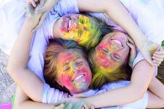 Ferier campar Lyckligt liv i tonåringtid Emotionals flickor med lyckligt lynne med färgrika drycolors Färgrik holi på royaltyfria bilder
