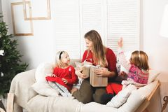 Ferier, gåvor, jul, x-mas, födelsedagbegrepp - lycklig moder och barnflicka med gåvaasken Arkivfoton