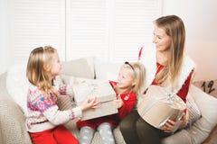 Ferier, gåvor, jul, x-mas, födelsedagbegrepp - lycklig moder och barnflicka med gåvaasken royaltyfri fotografi