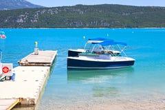 Ferier i sjön av Sainte-Croix du Verdon royaltyfri fotografi