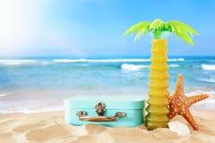 ferier nautiskt, semester och loppbild med objekt för havslivstil i strandsanden royaltyfria foton