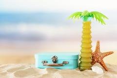 ferier nautiskt, semester och loppbild med objekt för havslivstil i strandsanden royaltyfri bild