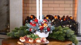 Ferier, nytt år och berömbegrepp Manliga händer som rymmer exponeringsglas av rött vin på jul Mysigt brandställe på lager videofilmer