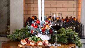 Ferier, nytt år och berömbegrepp Stäng sig upp av händer av enamerikan som tar ett exponeringsglas med rött vin på lager videofilmer