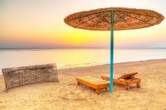 Ferier under slags solskydd på stranden av Röda havet Royaltyfri Fotografi