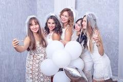 Ferier, uteliv, ungmöparti och folkbegrepp - le kvinnor med champagneexponeringsglas Arkivbild