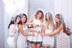 Ferier, uteliv, ungmöparti och folkbegrepp - le kvinnor med champagneexponeringsglas royaltyfri bild