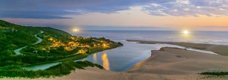 Feriesemesterort med härliga rent vatten-, havs- och sanddyn Royaltyfri Fotografi