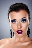 Feriesmink. Ung kvinnaframsida för stilfull skönhet Fotografering för Bildbyråer
