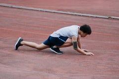 Ferimento asiático novo do corredor e encontro para baixo na trilha durante a corrida Conceito do esporte do acidente fotografia de stock royalty free