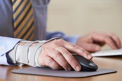 Ferimento da tensão de Suffering From Repetitive do homem de negócios (RSI) Foto de Stock