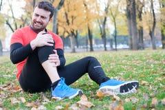 Ferita al ginocchio e corridore dell'uomo con dolore del ginocchio fotografie stock
