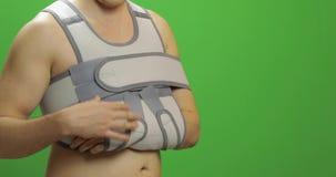 Ferita sulla spalla dell'uomo Fasciatura per la riparazione di un'articolazione del gomito e di una cinghia omerale stock footage