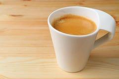 Fermé vers le haut d'une tasse de café chaud servie sur le Tableau en bois naturel, avec l'espace libre pour le texte Photos stock