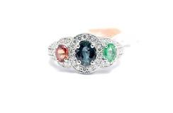 Fermé vers le haut de l'émeraude, du saphir bleu et du diamant rose avec le diamètre blanc Photos stock