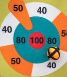 Fermé vers le haut de la cible de jeu de dard avec la boule de Velcro Jouet coloré FO d'enfant photographie stock libre de droits