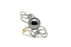 Fermé vers le haut de la perle foncée avec l'anneau de diamant et d'or Images libres de droits