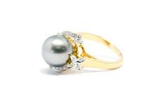 Fermé vers le haut de la perle foncée avec l'anneau de diamant et d'or d'isolement Image libre de droits
