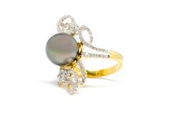 Fermé vers le haut de la perle foncée avec l'anneau de diamant et d'or d'isolement Photo libre de droits