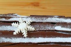 Fermé vers le haut de la surface du chocolat Yule Log Cake avec Sugar Decoration formé par flocon de neige pour Noël images libres de droits