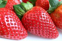 Fermé vers le haut des fruits mûrs frais vibrants de fraise de couleur rouge Images stock