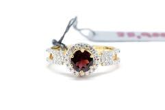 Fermé vers le haut du diamant rouge avec l'anneau blanc de diamant et d'or Photo libre de droits