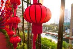 Fermé vers le haut du tir des lanternes chinoises rouges avec la fusée de coucher du soleil images stock