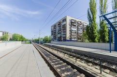Fermandosi sulle piste e sul tram ad alta velocità della piattaforma a Kiev. L'Ucraina Immagine Stock Libera da Diritti
