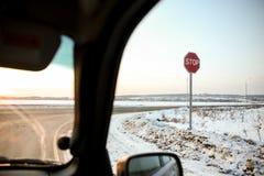 Fermata del segnale stradale all'intersezione fotografie stock libere da diritti
