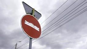 Fermata del segnale stradale video d archivio