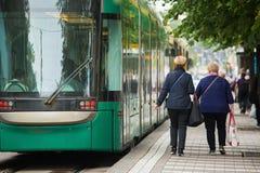 Fermata del tram sulla via della città Fotografia Stock