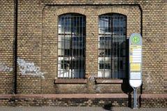 Fermata dell'autobus ad una fabbrica in disuso Fotografia Stock Libera da Diritti