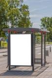 Fermata dell'autobus con il bilboard in bianco fotografie stock libere da diritti