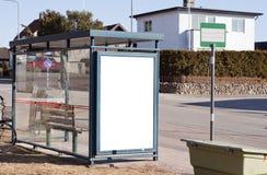 Fermata dell'autobus con il segno in bianco immagini stock