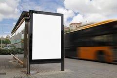 Fermata dell'autobus con il tabellone per le affissioni in bianco Fotografia Stock Libera da Diritti