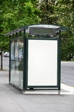 Fermata dell'autobus con un tabellone per le affissioni in bianco immagine stock