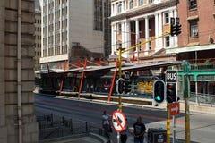 Fermata dell'autobus nel centro direzionale, Johannesburg, Sudafrica Fotografia Stock Libera da Diritti