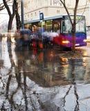 Fermata dell'autobus nella pioggia Immagini Stock