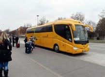 Fermata dell'autobus per il bus internazionale a Vienna immagini stock libere da diritti
