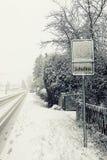 Fermata dell'autobus sulla strada rurale nell'inverno Immagini Stock