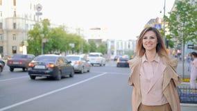 Fermata della donna della città del taxi che ferma la strada del supporto di carrozza stock footage