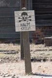 FERMATA di Auschwitz! STOJ! Segnale di pericolo Immagini Stock Libere da Diritti
