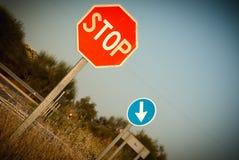 Fermata ed obbligo del segnale stradale indirizzare Fotografie Stock