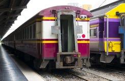 Fermata tailandese del treno alla stazione immagini stock libere da diritti