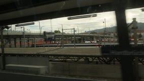 Fermate del treno alla stazione video d archivio