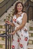 Fermate mature latine specializzate di una donna al fondo delle stelle per una foto op immagine stock