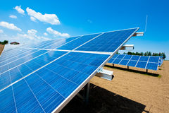 Ferme à énergie solaire avec le ciel bleu Photographie stock libre de droits