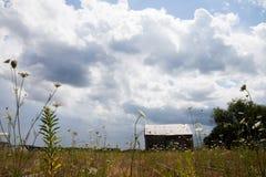 Ferme abandonnée avec des nuages de tempête Photographie stock libre de droits