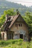 Ferme abandonnée dans Zilina, Slovaquie sous les arbres Images libres de droits