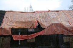 Ferme abandonnée en Hollandes avec la feuille orange dans la tentative d'empêcher d'entrer la pluie photos stock